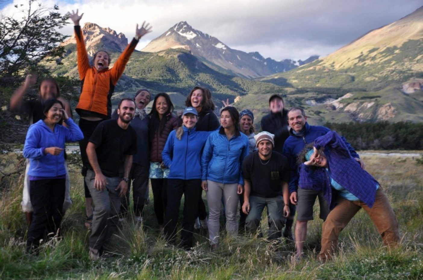 仕事の完成を祝うパタゴニア社員のボランティアたち。Photo: Nico Sala