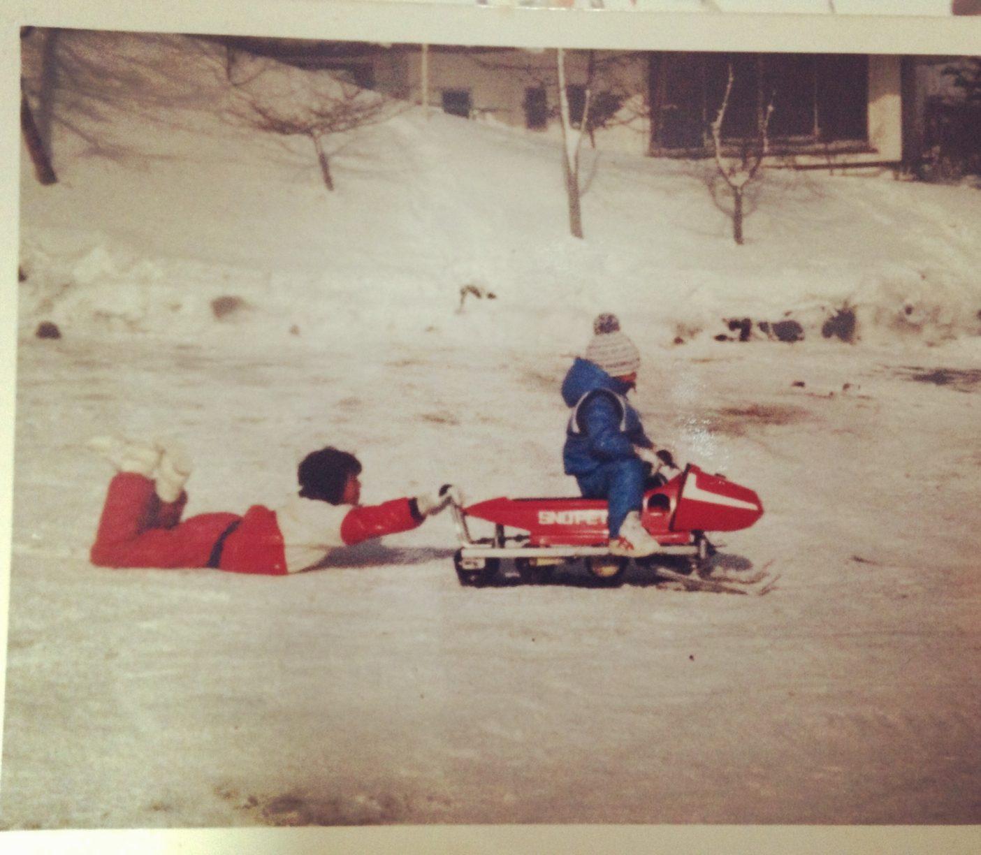 幼いころは夏も冬も山で遊ぶことが多かった。前方で「へへ〜」と私、後ろが「おい、待て〜!」と兄。4歳ごろだろうか。写真:眞木勇人