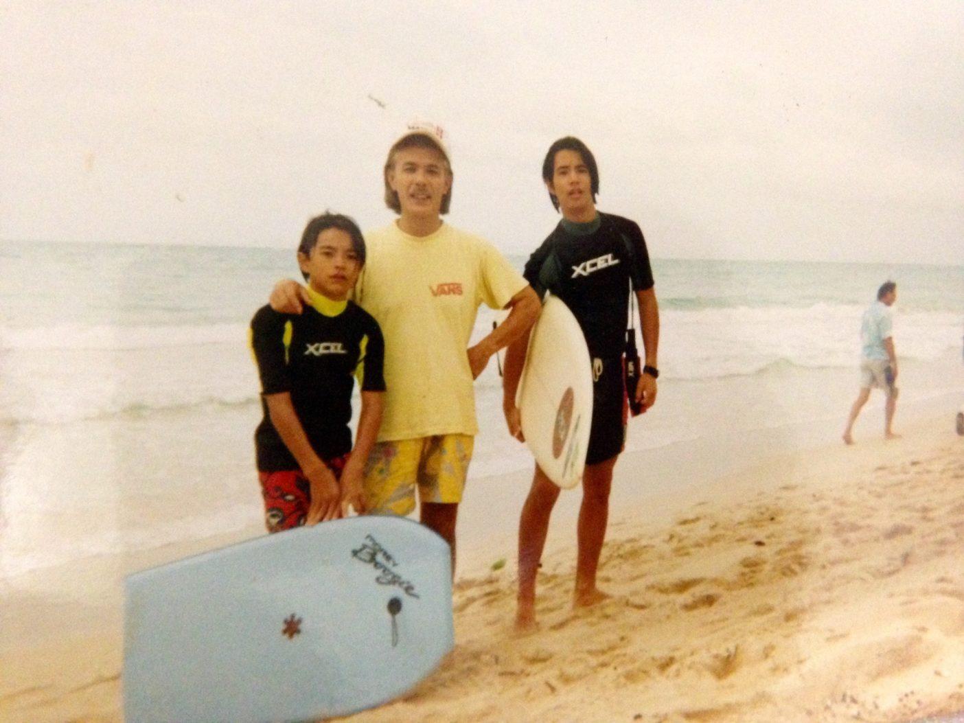 中学二年生のときにハワイに移住し、サーフィンと出会って間もないころ。弟と親父とカイルアビーチにて。写真:眞木勇人