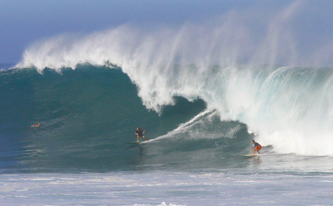 仕事として、挑戦としてのサーフィング。ハワイ、ワイメアベイにて。Photo: Naoka