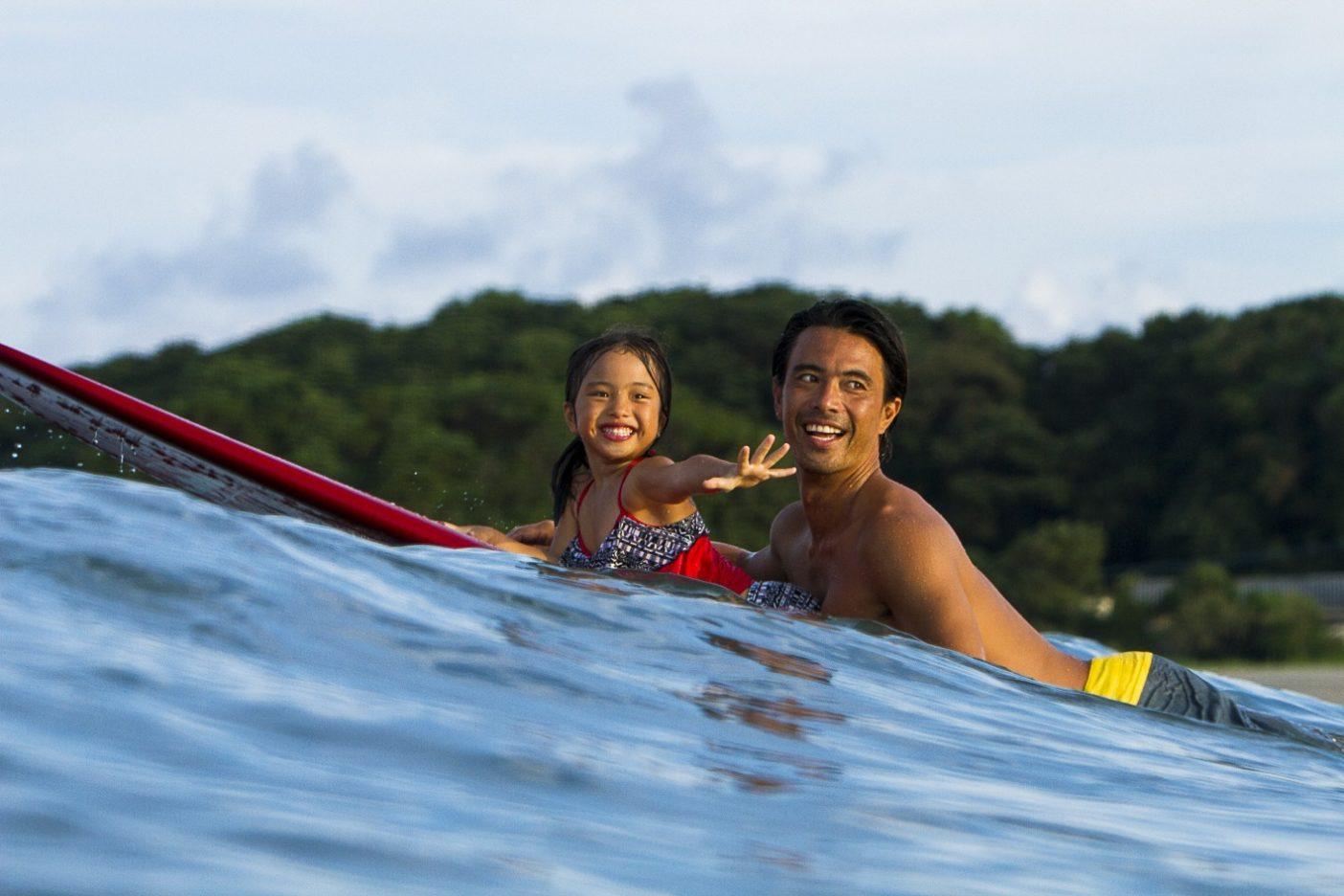 娘と一緒に過ごす海。Photo: Kenyu