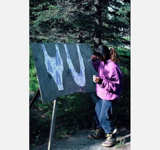 アラスカ、キナイ半島の小さな町カシロフのフィッシュキャンプ。毎日、フィッシングに行く仲間の限られた食材を駆使して食事を作り、遠くから水を持ってきてお皿を洗い、たまに洗濯もし、暇があるときはこうしてハンドペイント水着を作っていた。写真:岡崎友子
