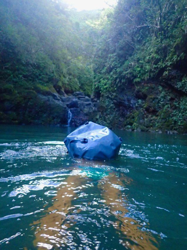 マウイ島のジャングル探検。ウオータープルーフのバックパックにナノグリップ・ボトムなら、ガシガシ岩壁を登っても、水路を泳いでも、滝に飛び込んでも、不安ゼロでピクニックできる。写真:岡崎友子