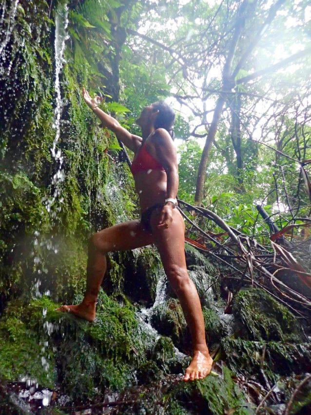 ナノグリップ・ボトムでお気に入りの天然シャワー。近くにはシャンプーになるアワプヒも生えているので完璧。マウイ島 写真:岡崎友子