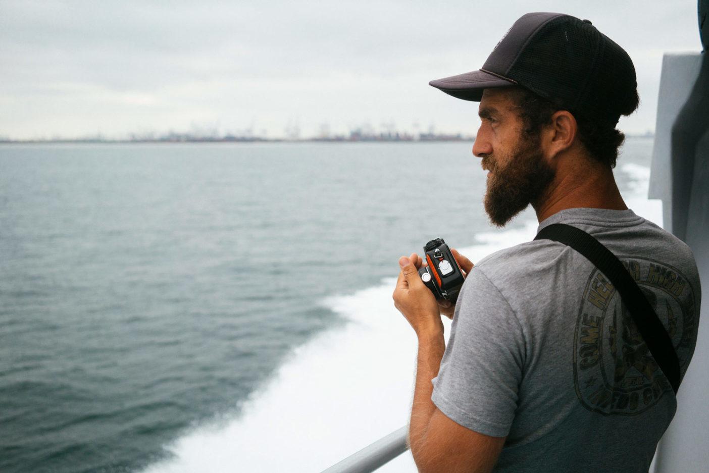 スキューバタンクをつけて下からリンを追うのはエリン・ファインブラット。現場で必要とされるのは彼のように責任感があって有能な人物。Photo: Donnie Hedden