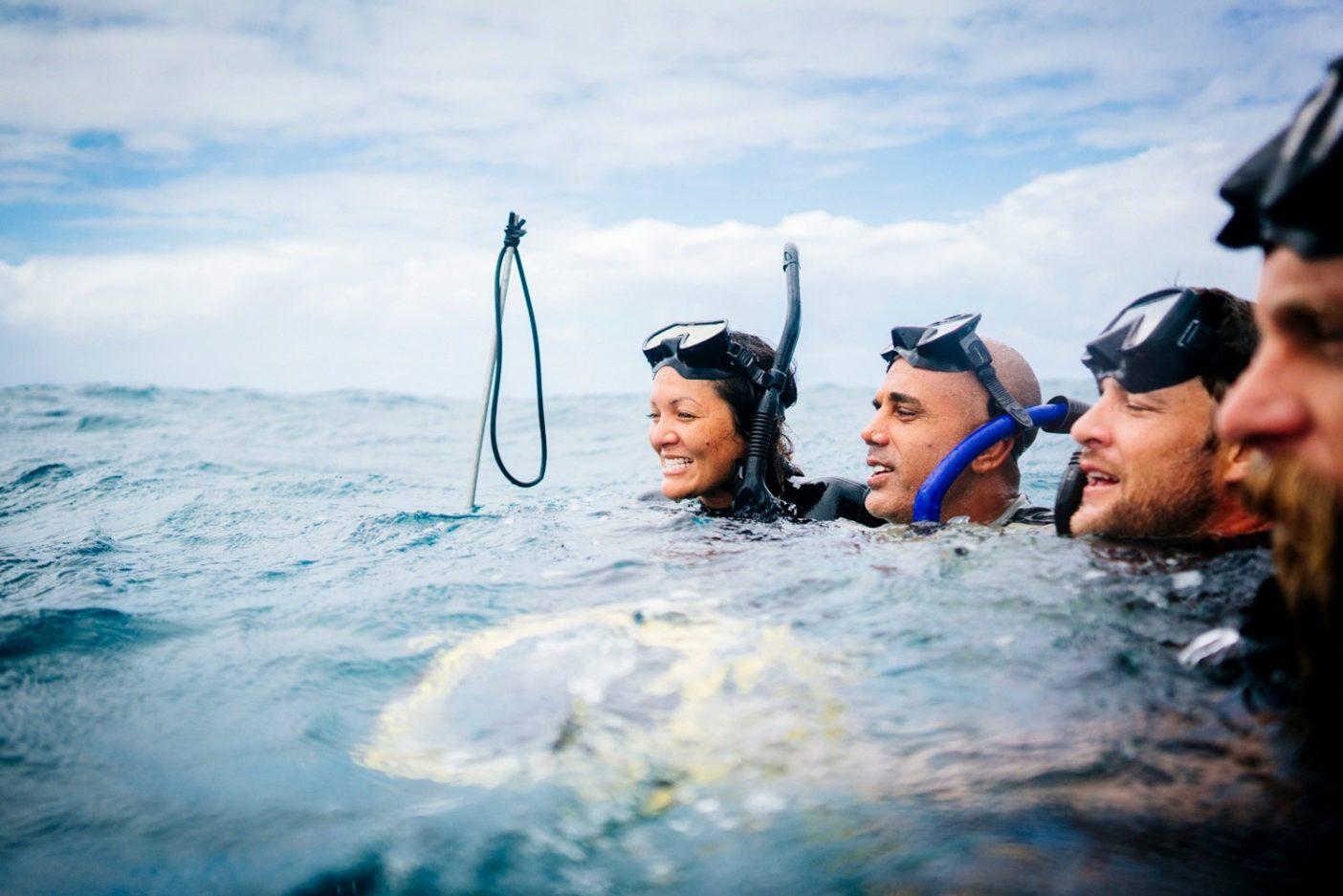 海に浮く『フィッシュピープル』仲間。Photo: Donnie Hedden