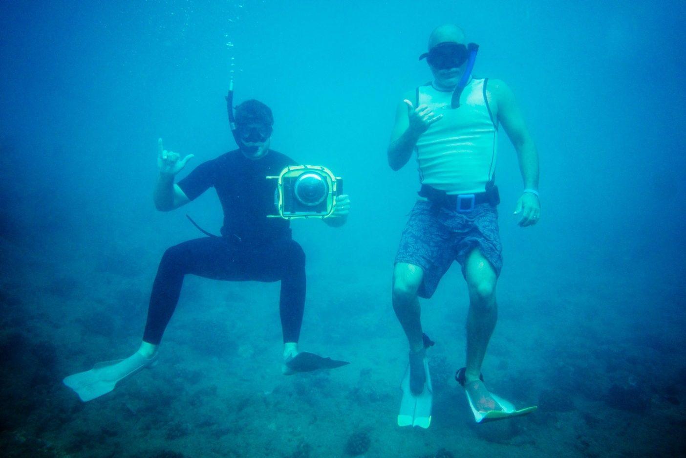 モロカイ沿岸でカメラ撮影のタグチームを成すアンドリュー・ショーンバーガーとデイヴ・ホムシー。Photo: Donnie Hedden