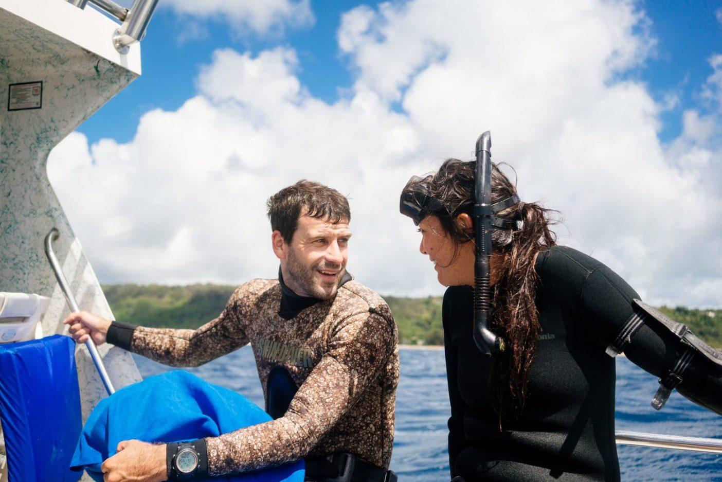 ダイビング後のジャスティン・ターコースキーとキミ・ワーナー。キミと彼女の30メートルのダイビングにお供できるのは、撮影クルーの中ではジャスティンだけ。僕は彼にカメラを手渡し、それが深海での水圧に耐えられることを祈った。彼が捉えた映像は貴重だった。Photo: Donnie Hedden