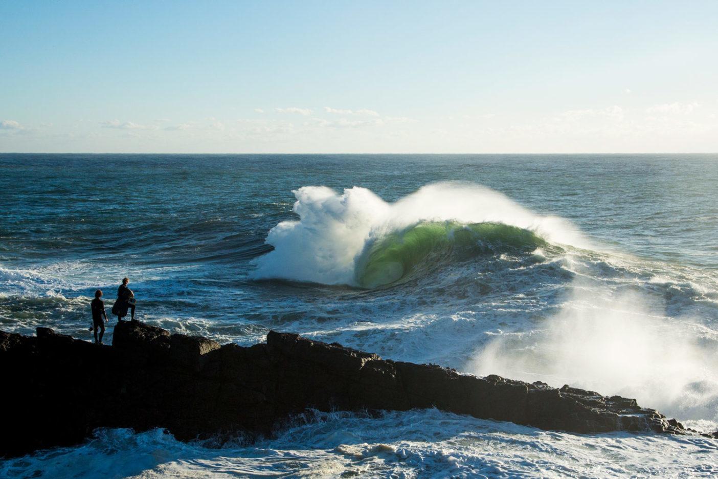 波に入る順番を待つスコット・ソーエンズとデイヴィッド・フォックス。レイと一緒に撮影する日程はわずか3日しかなかったが、その年最高のスウェルが出現。誰も怪我をせず、最高のときとなった。Photo: Donnie Hedden