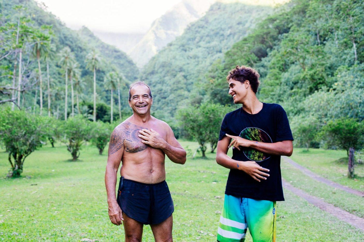 タヒチの子供時代の異なる物語をシェアするマタヒ・ドロレットと叔父のペヴァ・レヴィ。Photo: Donnie Hedden
