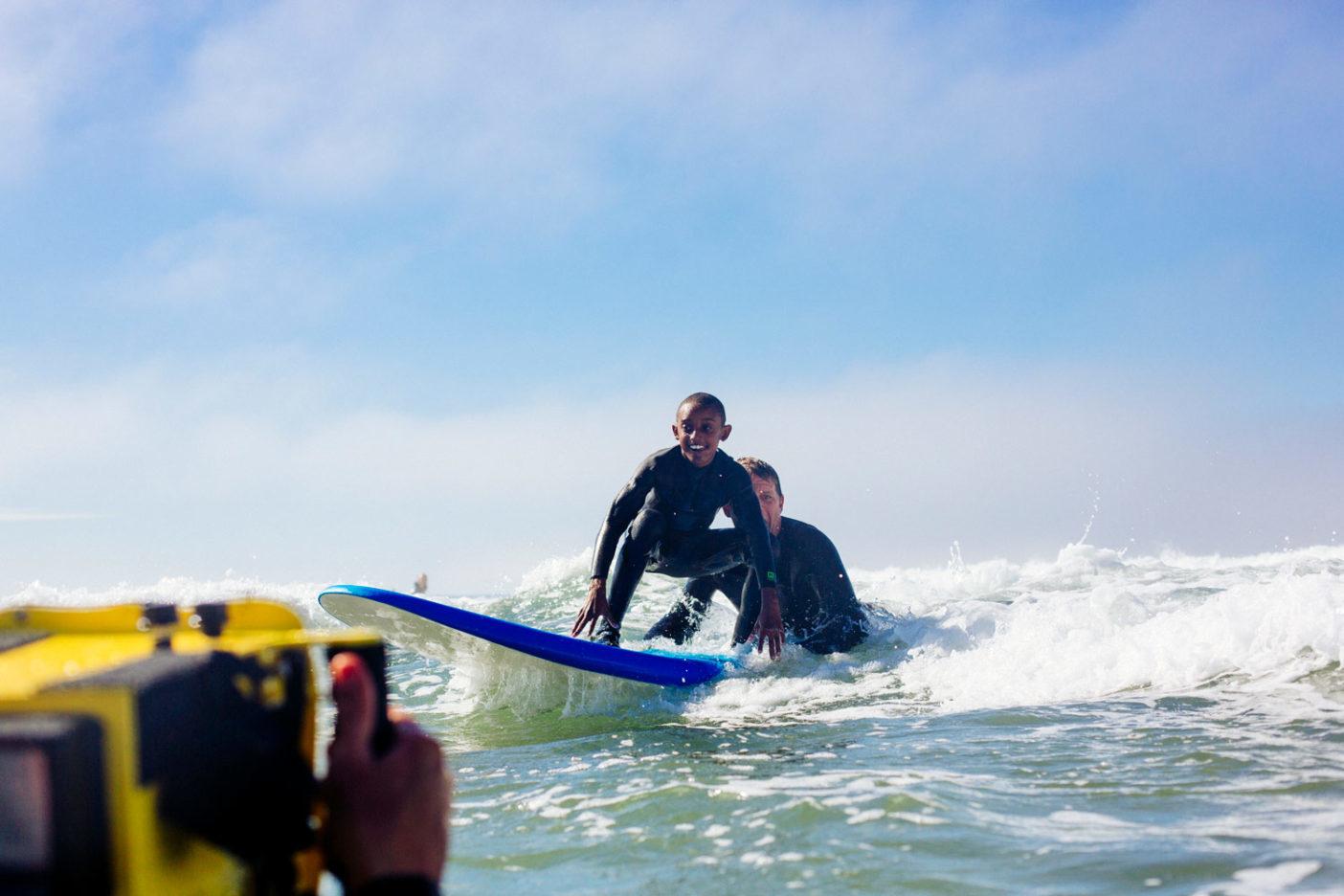 オーシャン・ビーチの波をシェアするエディとアンソニー。Photo: Donnie Hedden