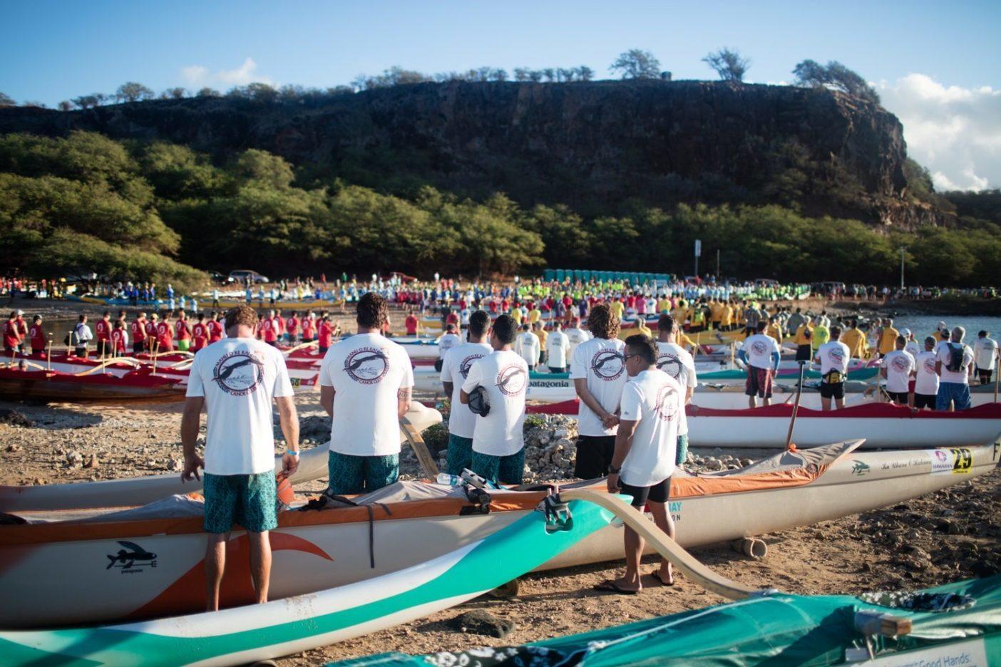 ハワイのカフ(祈祷師)によるレース前の「プレ(祈り)」は、良好なコンディション、すべての関係者の安全、すべてのカヌーの速やかな航海が祈られ、それはいつも鳥肌が立つような瞬間をもたらす。Photo: Tim Davis