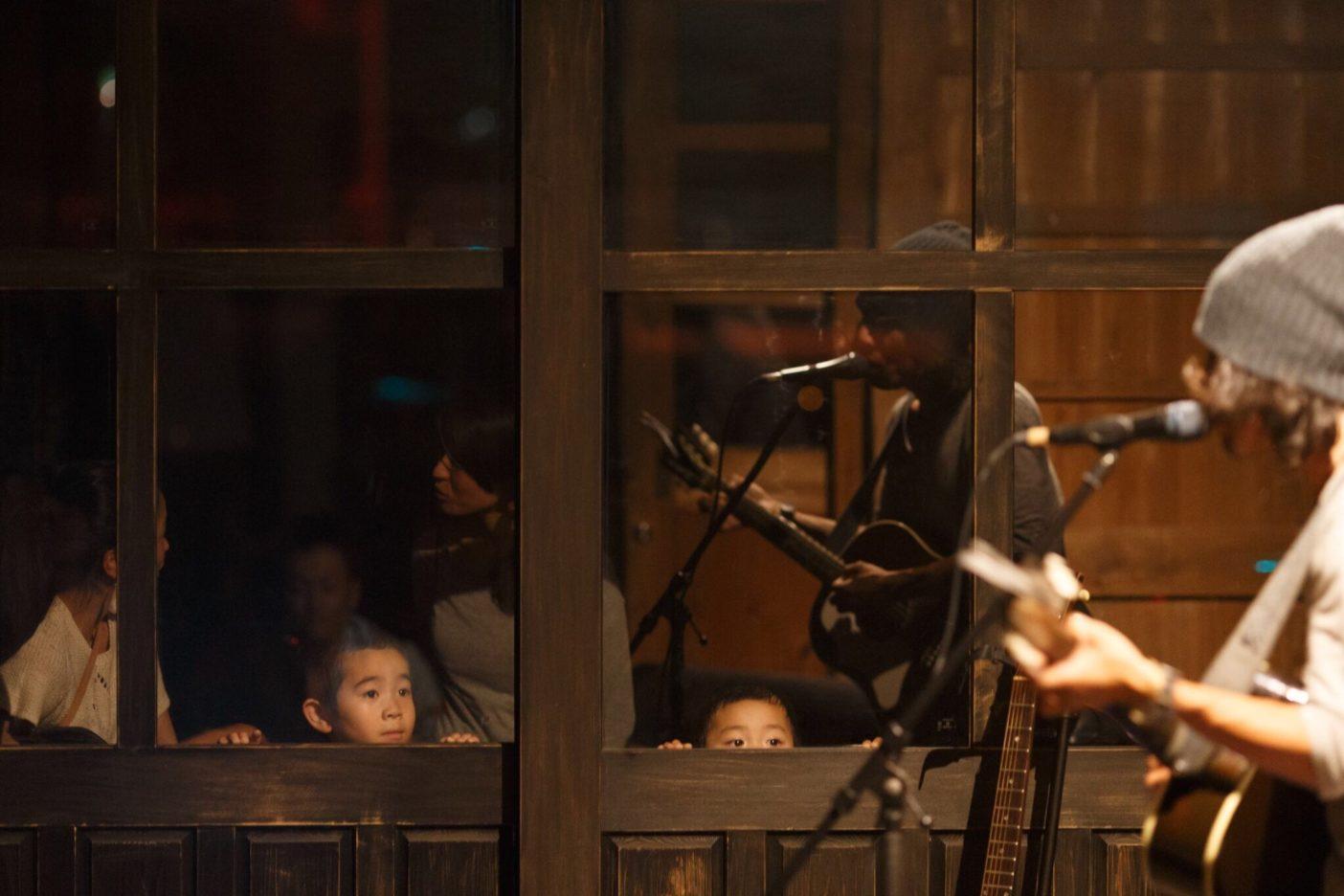 6月に長崎県内8か所で開催されたパタゴニア 福岡との合同企画「東田トモヒロ Special mini Live & Take Action Theater 長崎ツアー」  Photo: junpei nakayama