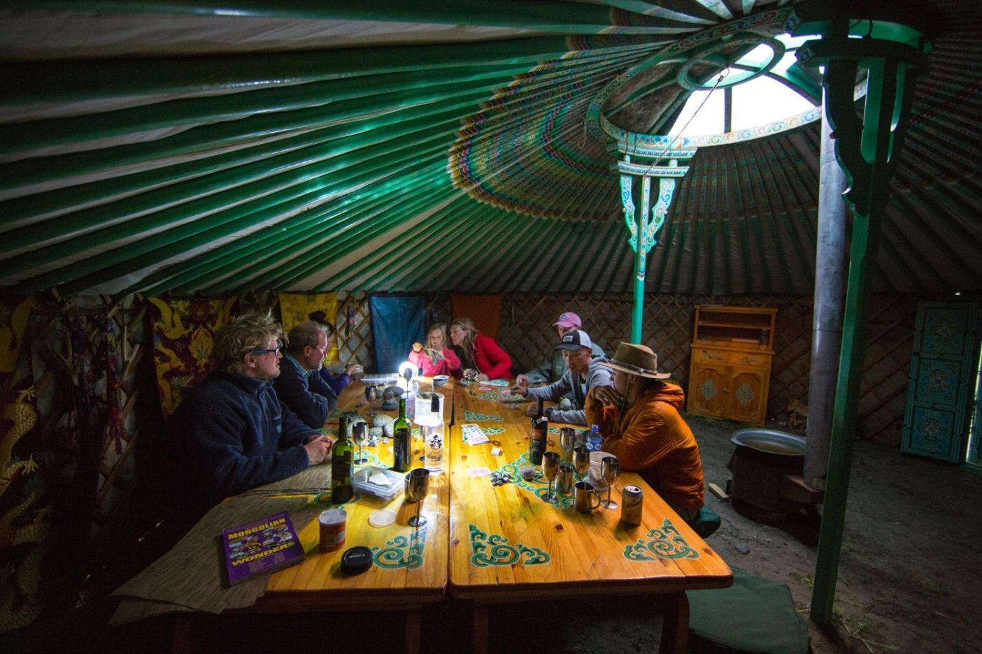 食堂用ゲルでは、おしゃべりとゲームと計画が飛び交う。Photo: Andrew Burr
