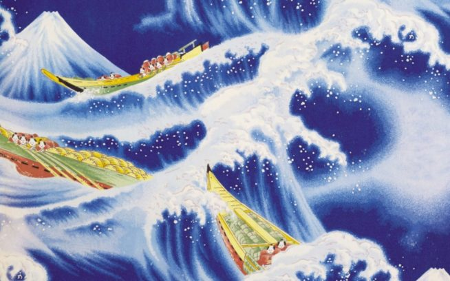 冠雪した富士山がそびえたつ様子を背景に、食糧を積んで、伝統的な「北斎」波を越えていく船乗りのデザイン。手染めによるスクリーンプリント。カベクレープ、ラベル無し。Photo: Patagonia Books