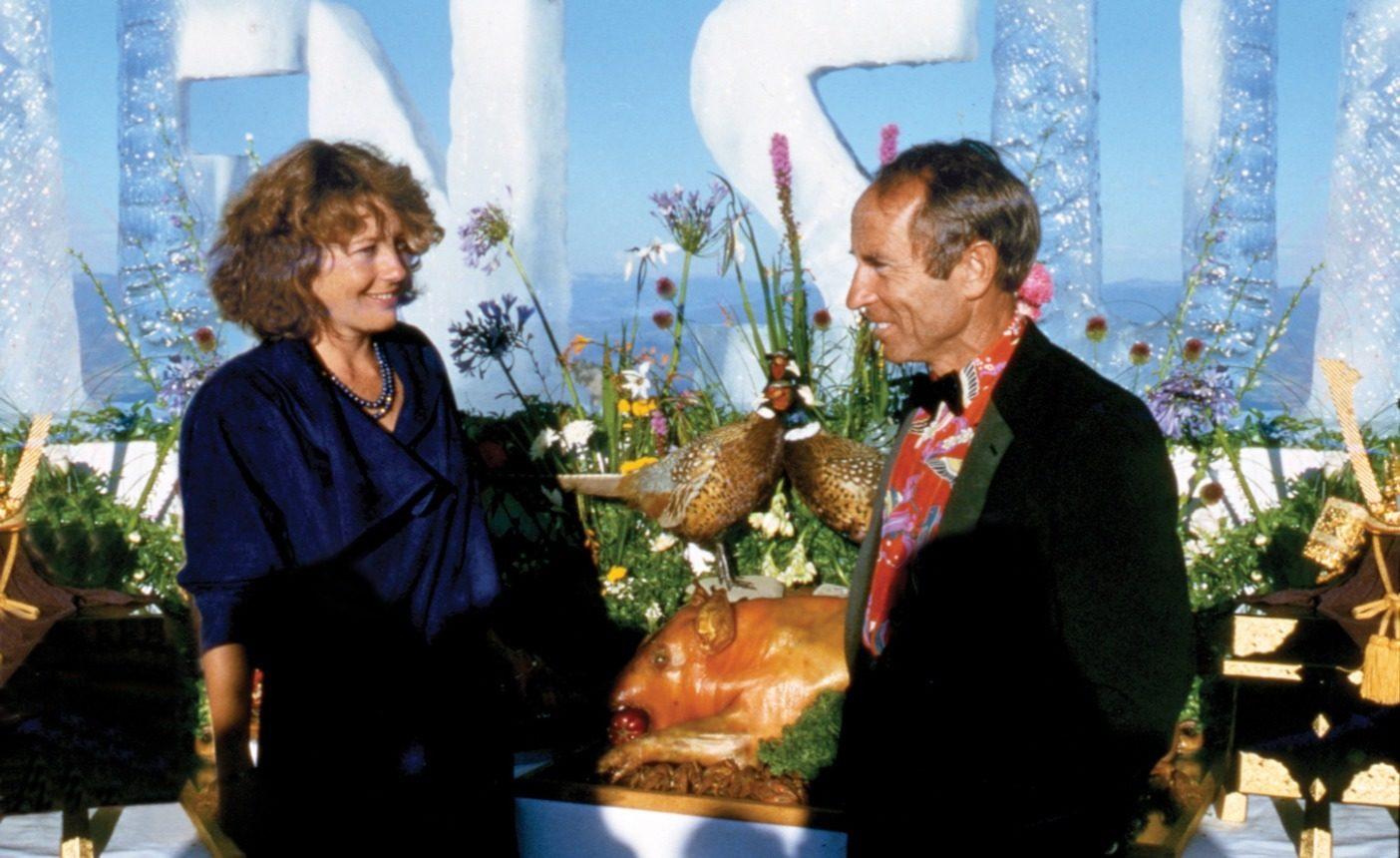 1986年パタゴニアの春カタログでパタロハ・ハワイアン・シャツがデビュー。同ページには、イヴォン・シュイナードがパタロハ・シャツをジャケットの下に着てフォーマルにドレスアップし、 妻のマリンダとともに出席したセブン・サミットのパーティでの写真が掲載。 Photo: Jennifer Ridgeway