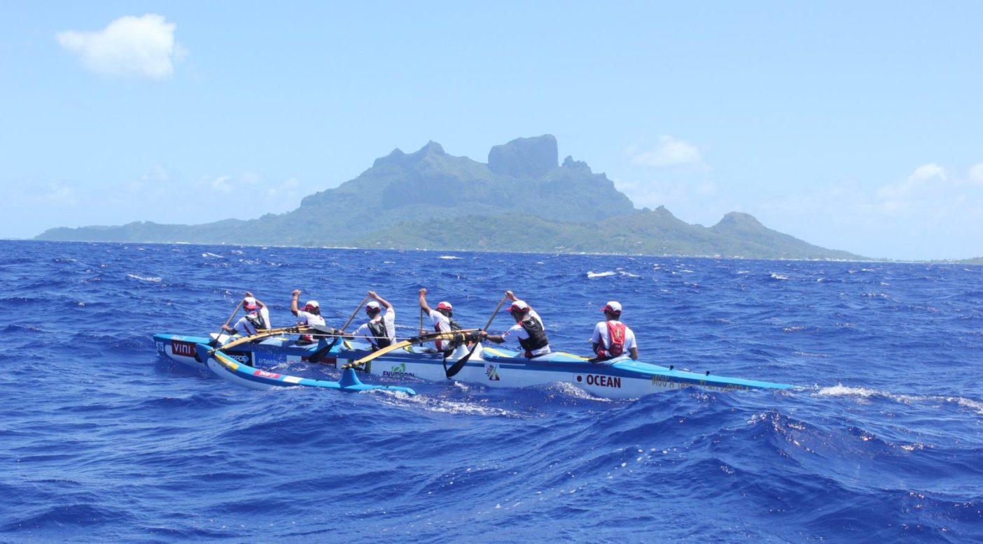 力を合わせ一つになり、3日間漕ぎつづける。 写真:金子ケニー