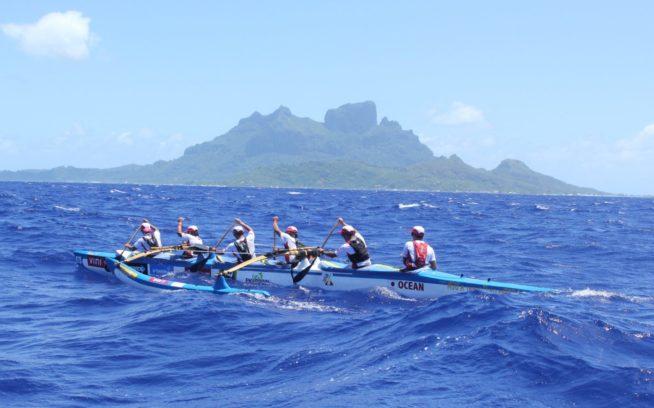 力を合わせ一つになり、3日間漕ぎつづける。写真:金子ケニー