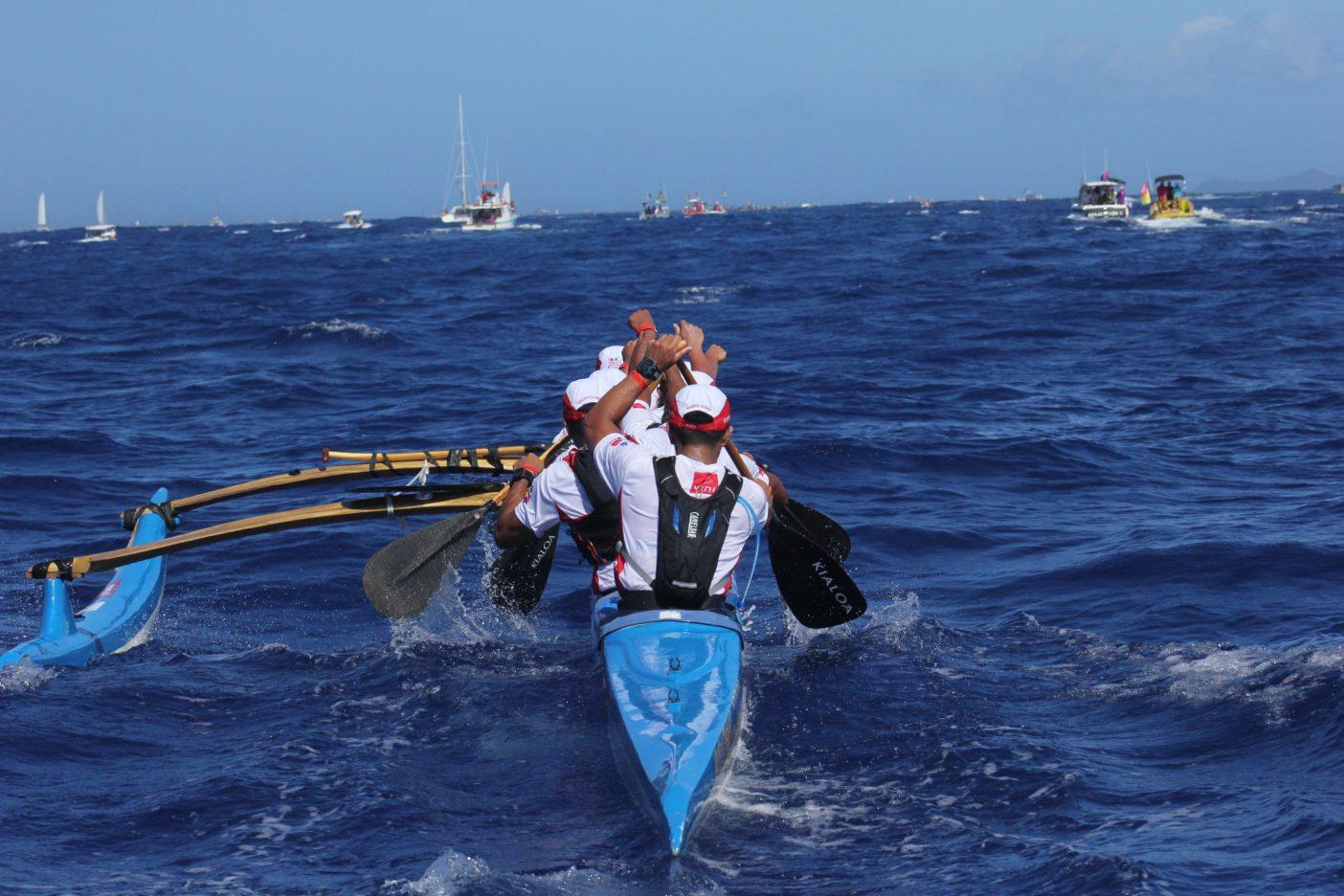 Bora Bora島を目指して。写真:金子ケニー