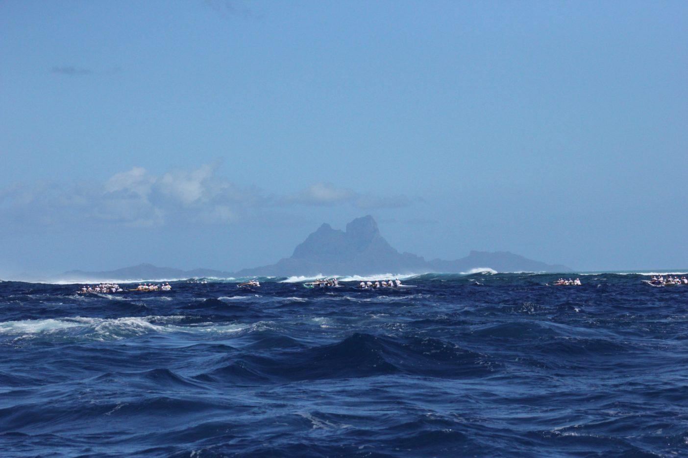 90艇のカヌー出場するHawaiki Nui Va'a  写真:金子ケニー