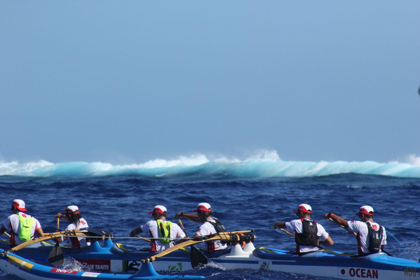 リーフ沿いには大きな波が割れる。 写真:金子ケニー