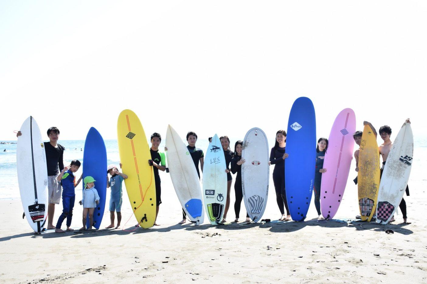 徳島大学サーフィン部集合写真。現在24名(2017年8月現在)でサーフィンの楽しみを皆で共有しながら活動しています。写真:武知 実波