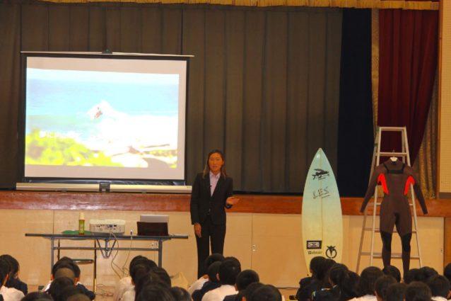 徳島県阿南市内の小学校での講演の様子。「夢に向かって~私が歩んできた道~」というタイトルで、海外での経験や、学んできたことを伝える活動も積極的に行なっています。写真:武知 実波