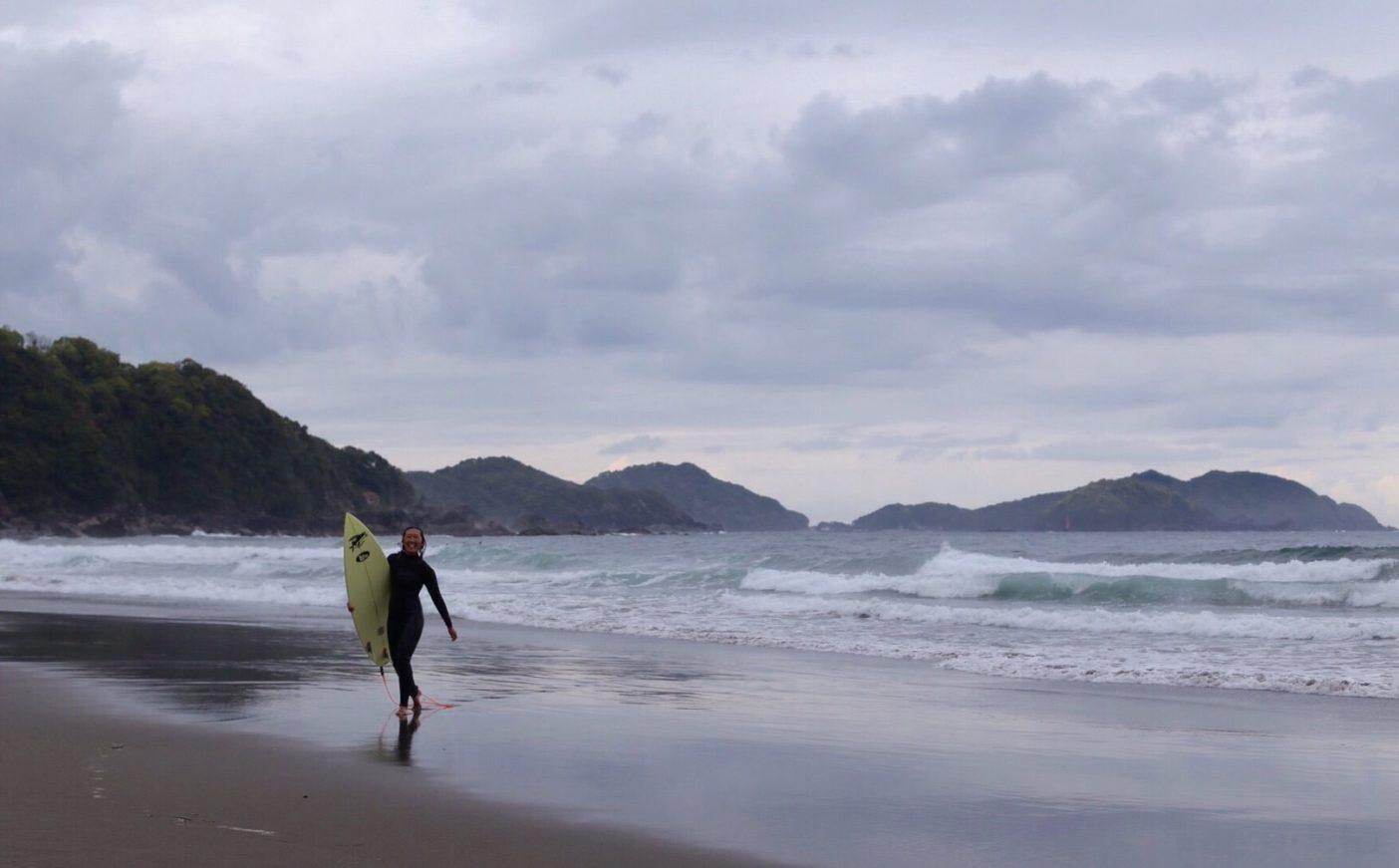 Surfing makes me happy! それが全ての動機。サーフィンに生かされる人生、それもまた良し。写真:武知 実波