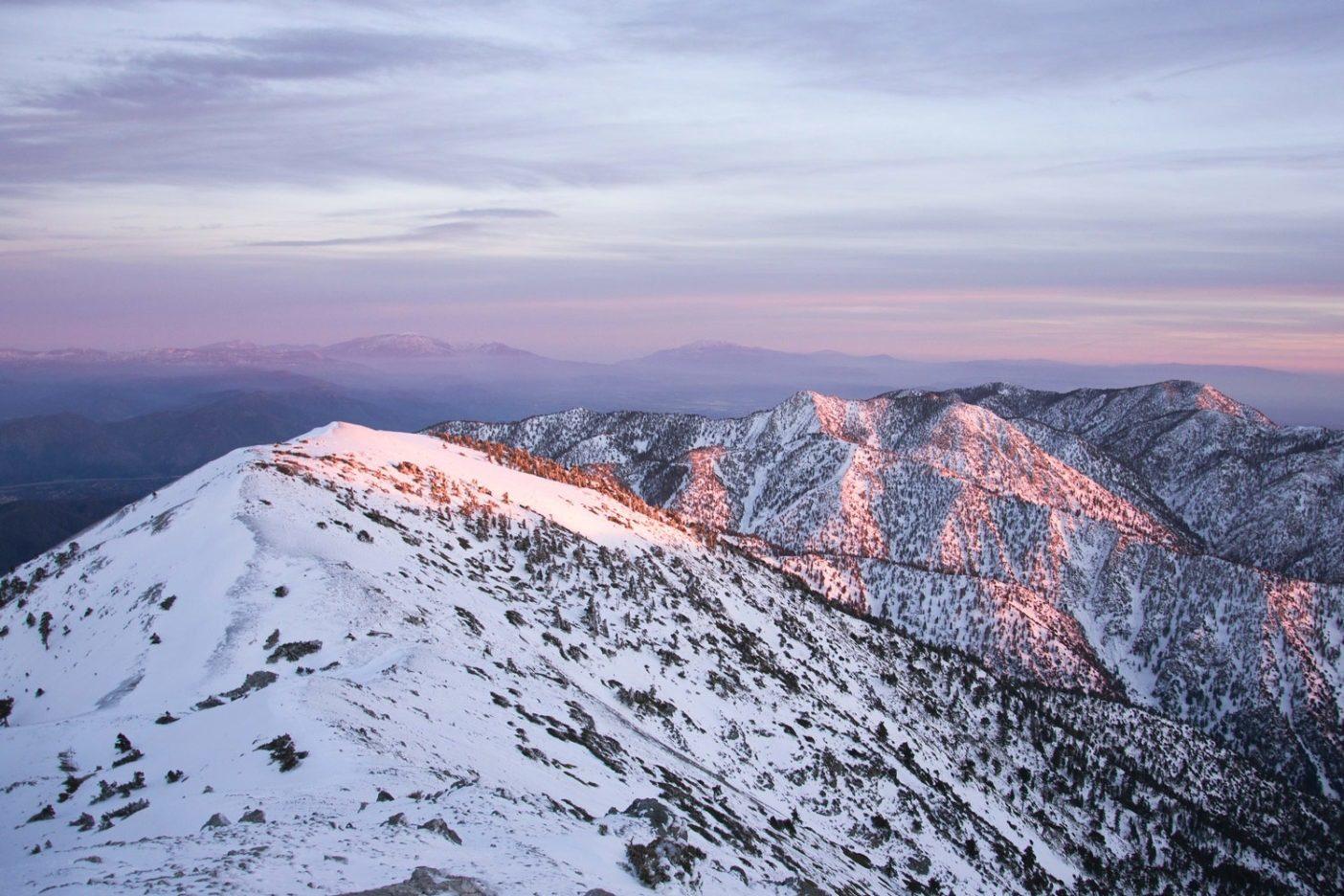 ロサンゼルスから望めるサンガブリエル山脈はその人目を引く地理と生態系の多様性により、いまも野生で高度文明世界からは遠いように感じられる。山脈はアメリカ先住民、スペイン宣教師、初期の開拓者たちにとっても重要な場所である。何百万人もの人びとが毎年そのトレイル、小川と渓谷を利用する。Photo: Taylor Reilly
