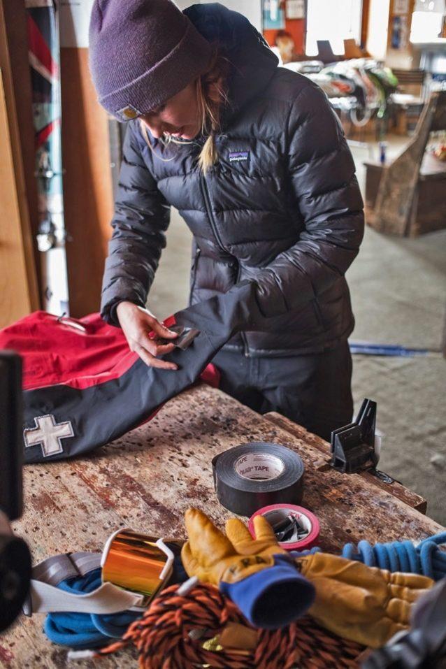 その日を持ちこたえるための一時しのぎとして、パトール小屋でジャケットに昔ながらのダクトテープ処理を施すクレステッド・ビュートのスキーパトローラーのエリー・アトキンス。コロラド州クレステッド・ビュート Photo: Jeff Cricco