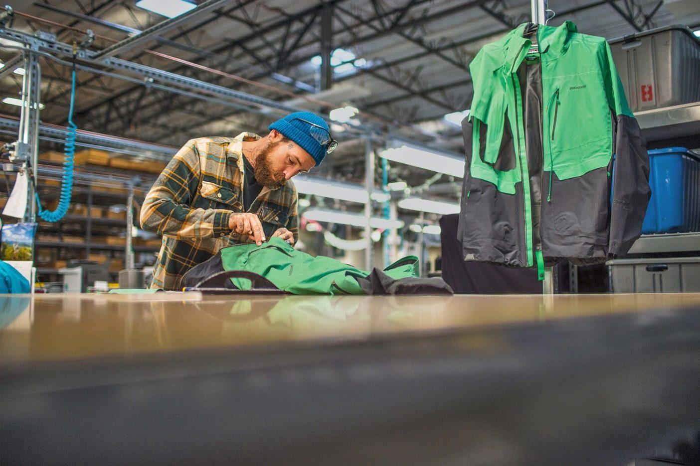 昨年リノの修理施設で直した5万点の衣類のひとつを修繕する技師のアンディ・クック。Photo: Tim Davis