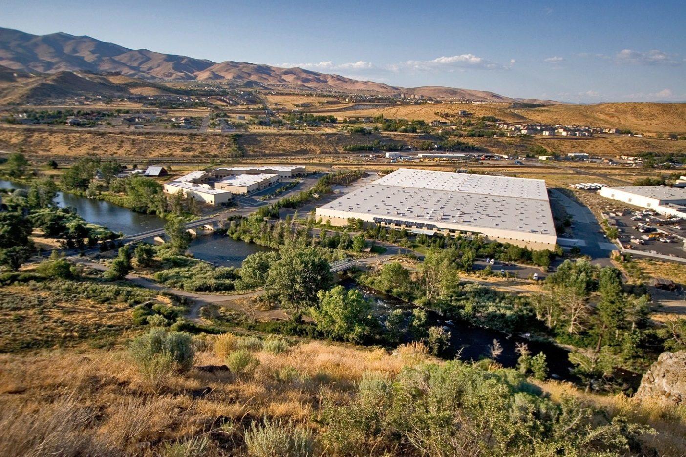 リノの配送センターと修理施設を見下ろす。トラッキー・リバーから歩いてすぐの場所にあるこれらの施設は、ビルの裏にある多数のトレイル・システムへのアクセスにも便利。遠くに望むのはピーバイン・ピークの山麓。ネバダ州リノ Photo: Tim Davis