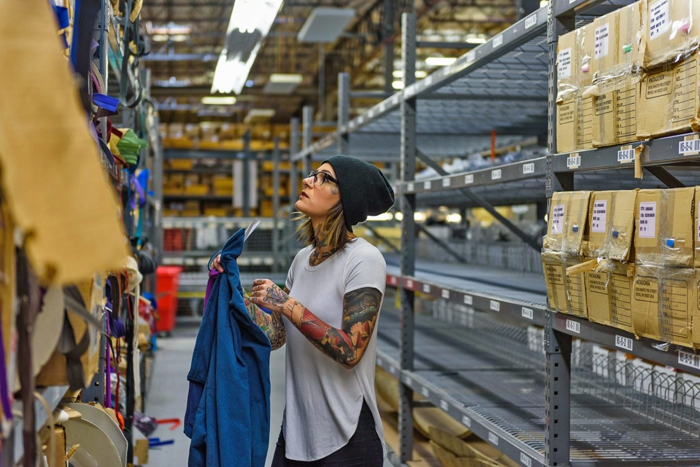 衣類にマッチする飾り付け(ジッパー、ボタン、ジッパープル)を探すパタゴニアの修理監督、タンヤ・ナウロッキー。Photo: Fred Marmsater
