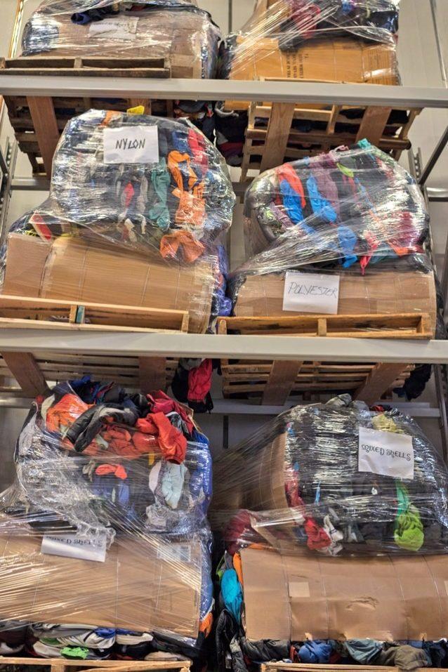 修理のできない衣類も捨てられることはない。修理不可能なこれらの衣類の束はアップサイクル、リサイクルおよび/あるいは再利用される。Photo: Tim Davis