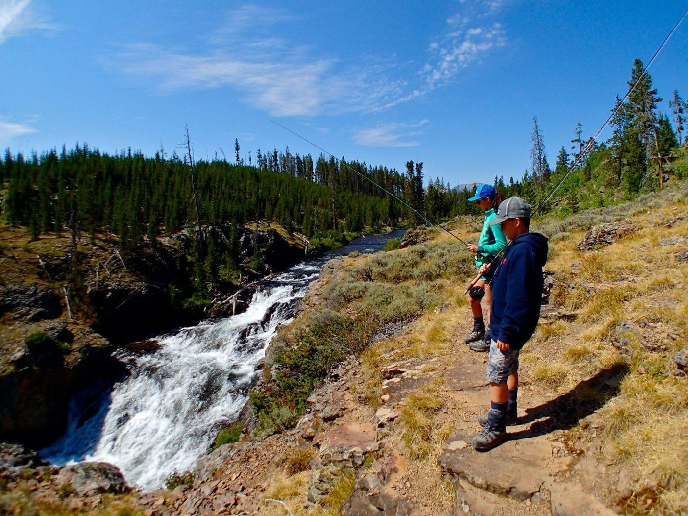 この日は公園内の標高の高い場所をハイキングしながら、伸びた草間を縫って流れる川や滝でブルックトラウトを探しまわった。Photo: Dylan Tomine