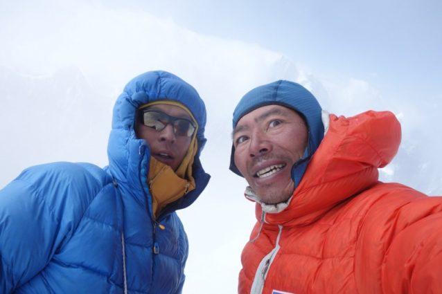 4日間の長い登攀の末にK7 Westの山頂に立つ長門(左)と横山(右)。写真:横山勝丘