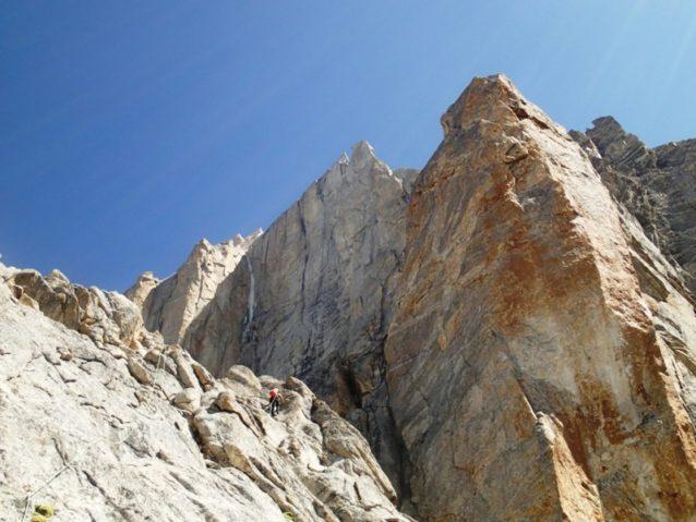 ルート下部は標高差1800メートルにもおよぶ急峻な岩稜をたどる。(5.11c/ A2)写真:横山勝丘