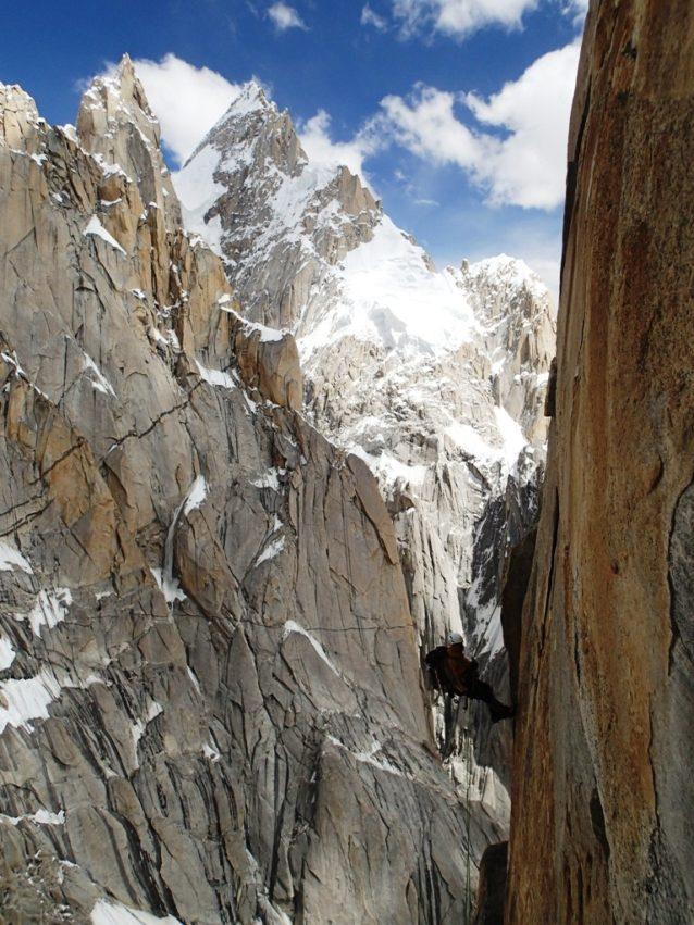 岩稜上では何度も行き詰まり、そのたびに懸垂下降を強いられた。写真:横山勝丘