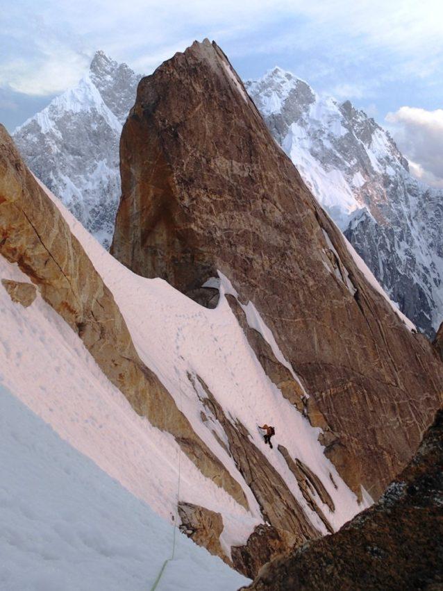 登攀三日目の夕刻。Badal Peak山頂直下を登る長門。写真:横山勝丘