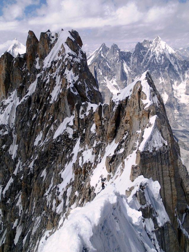 来し方を振り返る。Badal Peakからの雪稜は複雑極まりない。写真:横山勝丘