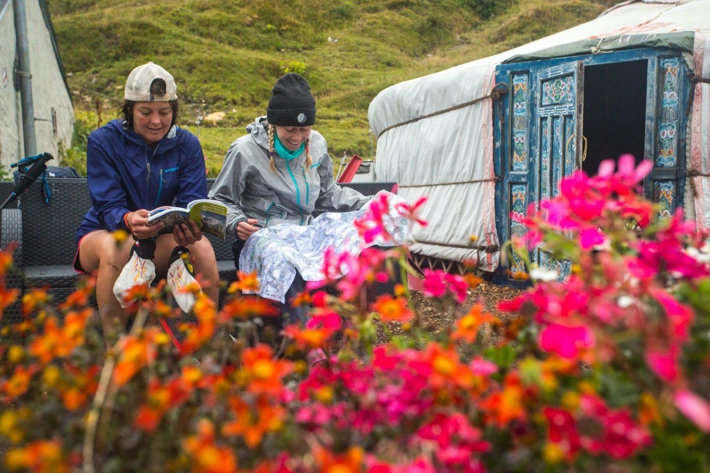 次の避難小屋を見つけようと、雨でびしょ濡れになってしまった無用の地図に頼るジェンとモーガン。スイス  Photo: Andrew Burr