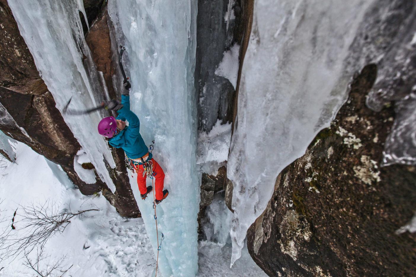 去年の冬、ニューハンプシャー州のフランケンシュタイン・クリフにて垂直の時間を過ごすマイカ。Photo: Robe Frost