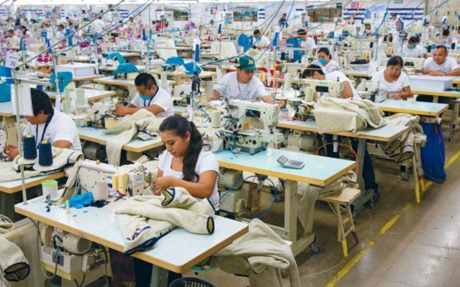 ホン・ホー工場で働く労働者たち。パタゴニアのフェアトレード・サーティファイドのフリースはここで縫製されている。メキシコ、バリャドリッド Photo: Keri Oberly