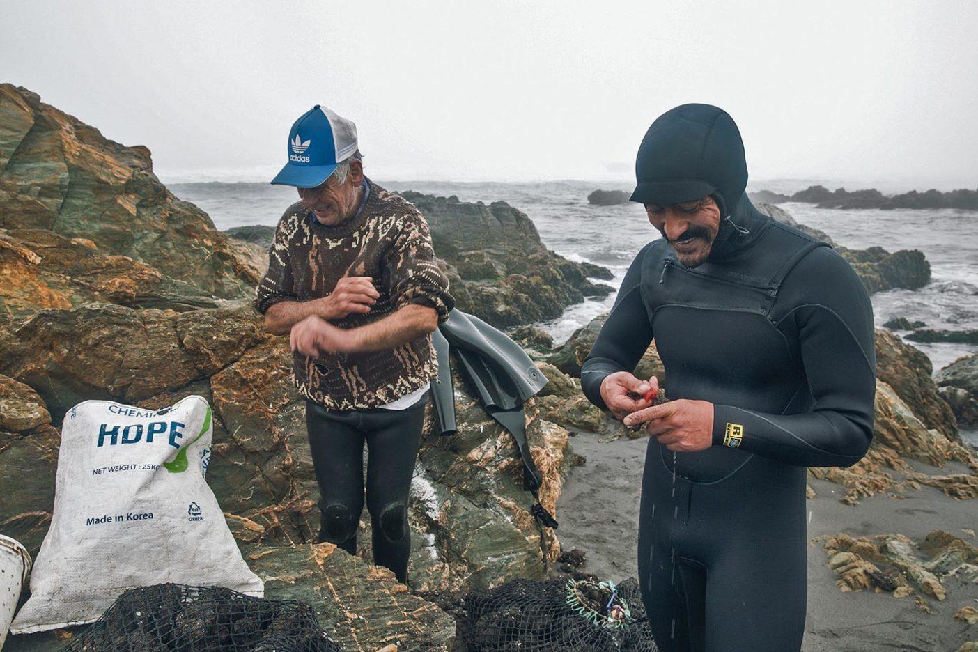 ピチュレマで守られたのはサーフィンだけではない。ラモンの親戚であるこの漁師は毎朝ビーチに訪れ、貝類を獲るために潜る。それは地元で人気のある食物であり、免疫システムに有益でもある。パドルアウトする前にその日の収穫物を味見するラモン。 Photo: Mara Milam