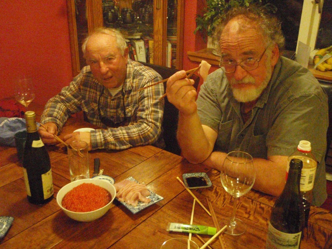 新鮮なイクラと刺身を食べるイヴォンとブルース。 Photo: Dylan Tomine