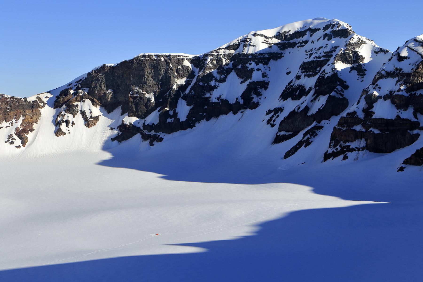 稜線から見たテント。そこで生活し、滑るだけのシンプルな時間をすごすことができた。 写真:布施 智基