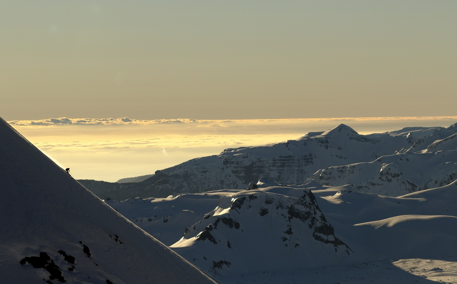 夕陽に染まるアンデス山脈の美しさに時間も忘れて滑り込む。 写真:布施 智基
