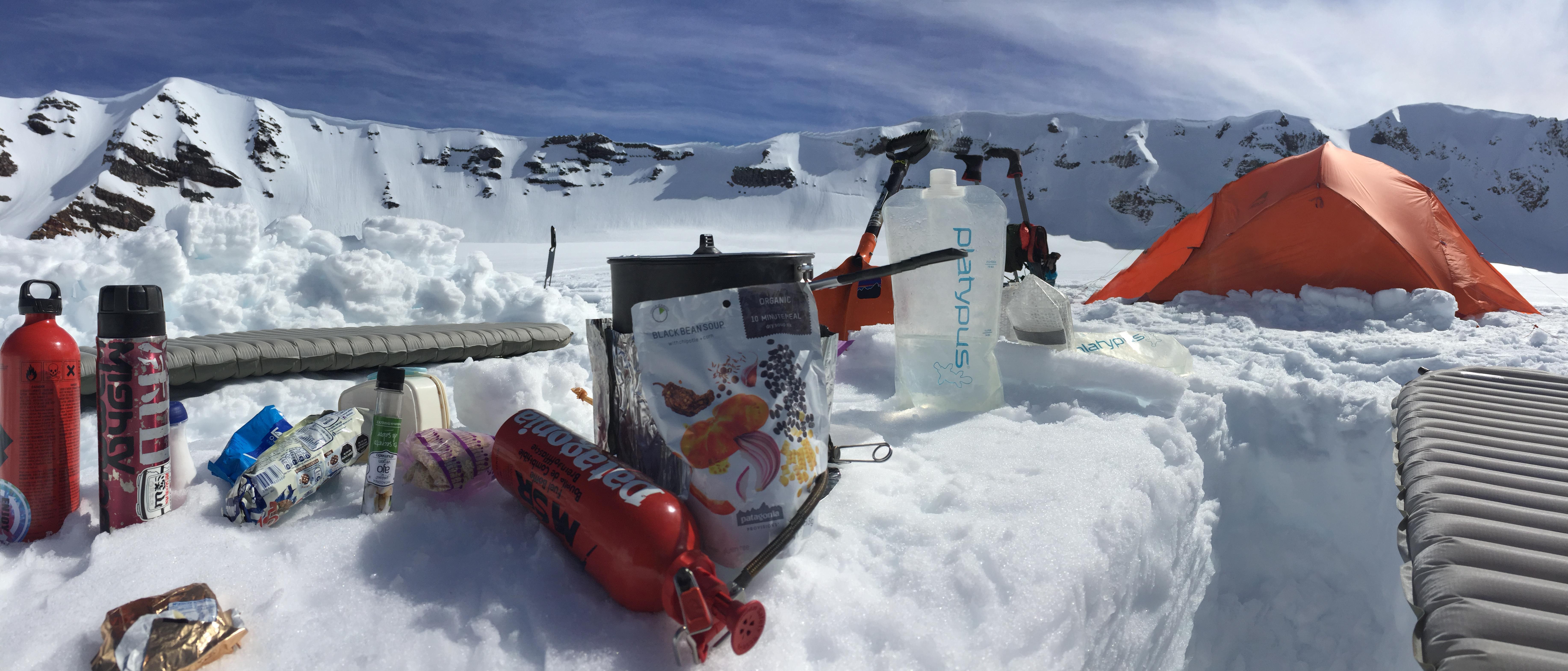 雪山テント泊では重要な荷物の軽量化とパワーになる食事を両方兼ね備えたパタゴニア プロビジョンズ。パスタを入れて食べるブラック・ビーン・スープがメインメニュー。