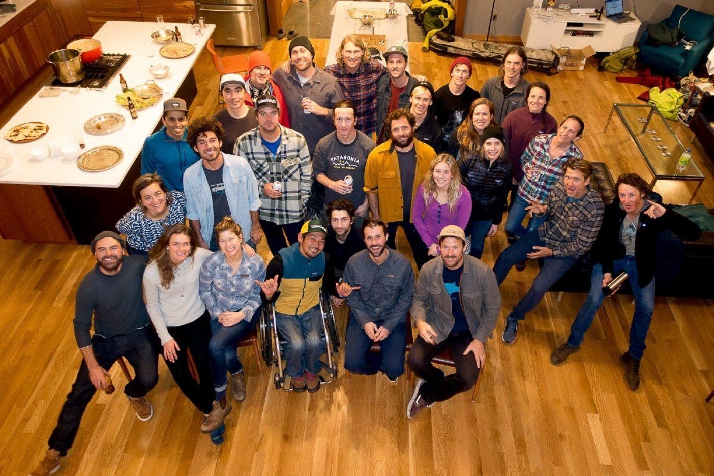ダービーのアフターパーティーはアメリカのパタゴニア・クルーたちと。スノー・アンバサダーたちも勢ぞろいし、楽しい時間を過ごせた。うまい酒と飯を食べながら、新しいモデルのミーティングもできた。 Photo: Andrew Miller