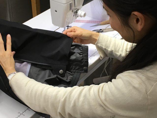 購入されたばかりのお客様から承ったスノーパンツの裾上げ。製品の構造を確認しながら、仕上がりイメージを考える。 写真:パタゴニア日本支社